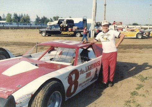 I was always asking Darrell when he was going to produce some more t-shirts. The black and yellow shirt picture near the top of this page and the one he's wearing in this photo are the only Darrell Dake racing t-shirts I ever saw. (Randy Lewis photo)