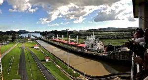 panama-canal-ship-crossing